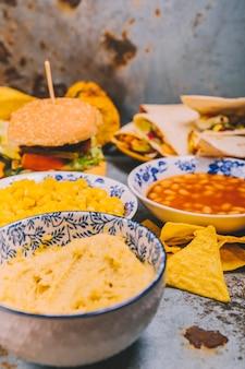 Deliciosos pratos mexicanos em fundo rústico