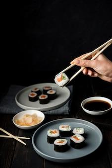 Deliciosos rolos de sushi com legumes e arroz