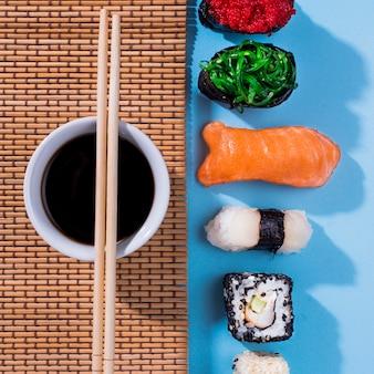 Deliciosos rolos de sushi com molho de soja