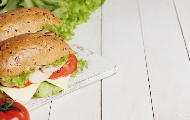 Deliciosos sanduíches com alface