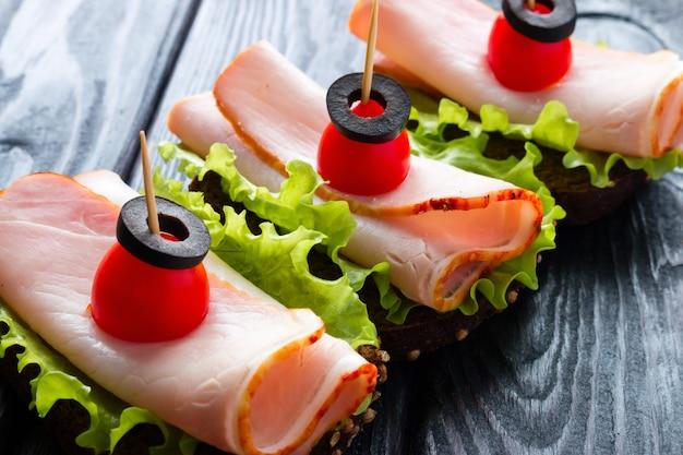 Deliciosos sanduíches com pão de centeio e pique