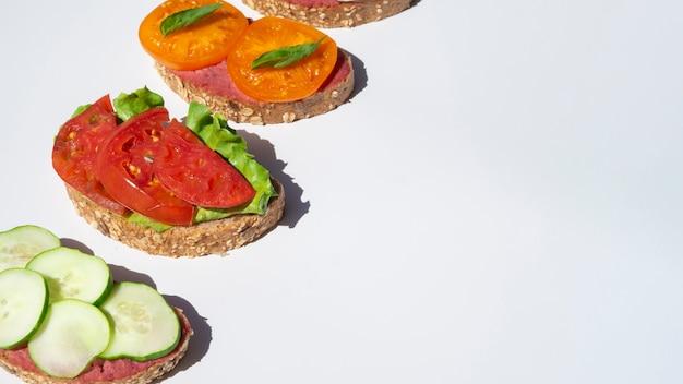 Deliciosos sanduíches com tomates e pepinos