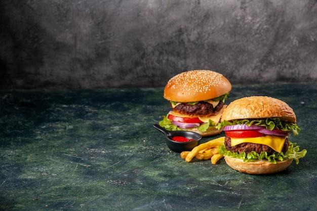 Deliciosos sanduíches de batata frita em uma tábua de madeira em uma superfície de cor escura