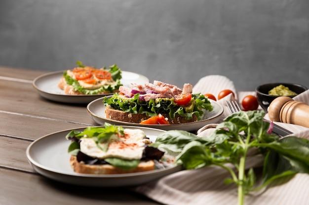 Deliciosos sanduíches em pratos
