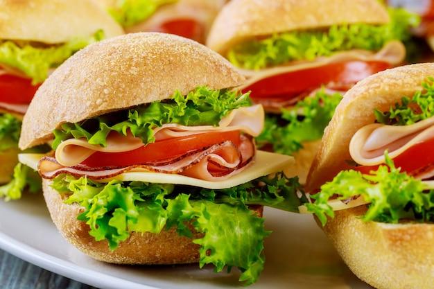 Deliciosos sanduíches feitos com rolo de ciabatta com presunto. fechar-se.