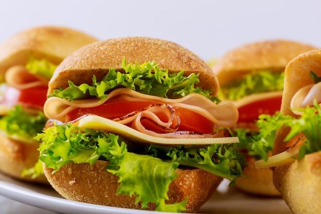 Deliciosos sanduíches feitos com rolo de ciabatta com presunto