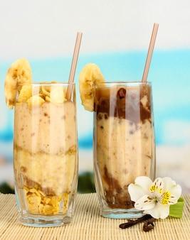 Deliciosos smoothies de frutas na mesa com vista para o mar