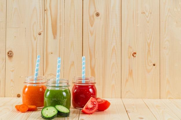 Deliciosos sucos naturais Foto gratuita