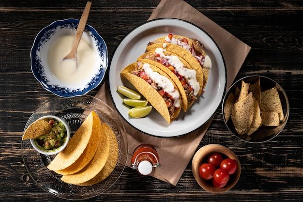 Deliciosos tacos com carne e molho