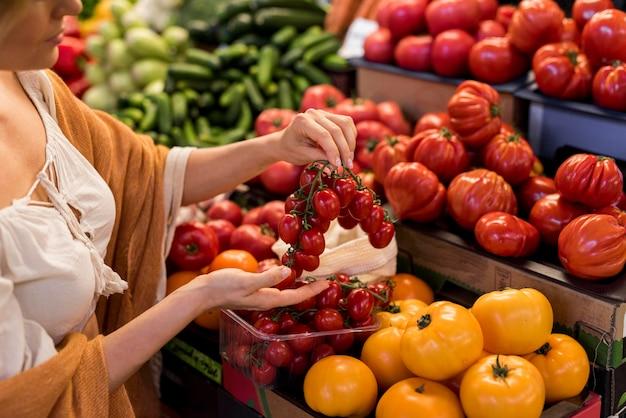 Deliciosos tomates cereja e tomates grandes