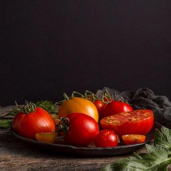 Deliciosos tomates frescos no prato