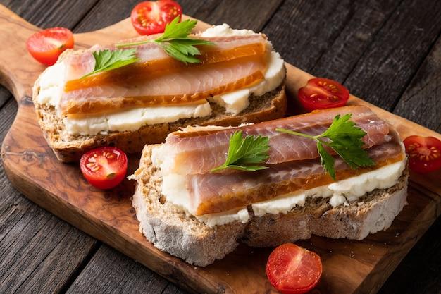 Deliciosos tomates vermelhos cheios de tomates frescos orgânicos pode ser usado como fundo realfood