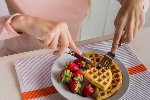 Deliciosos waffles com morangos