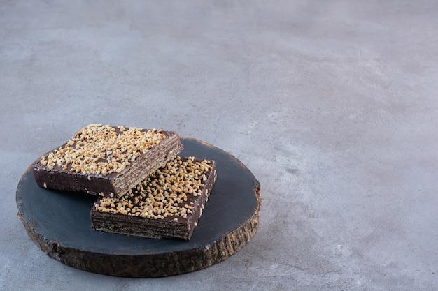 Deliciosos waffles de chocolate amargo em uma superfície de pedra