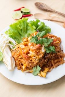 Deliciuos macarrão de arroz integral com camarão