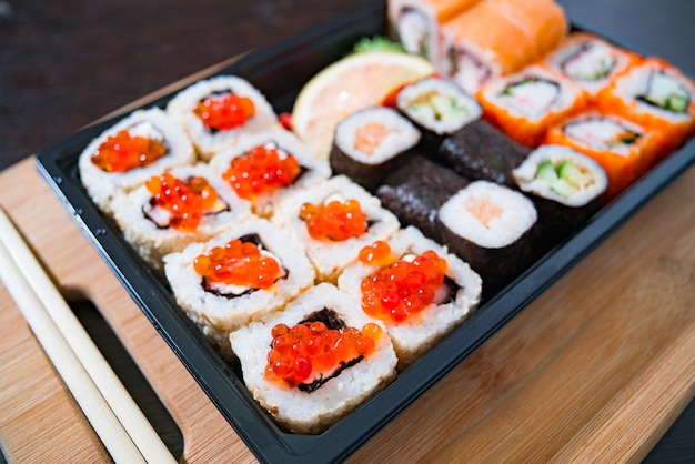 Delivery de comida caseira, sushi e pãezinhos