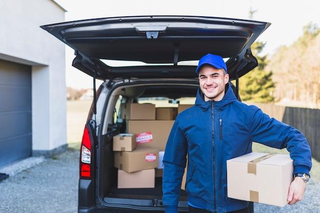 Deliveryman casual de pé com parcela
