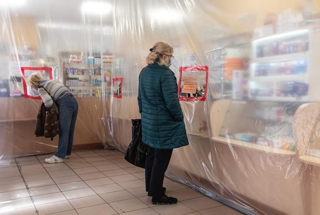 Demarcação das áreas com o filme durante a quarentena nas farmácias.