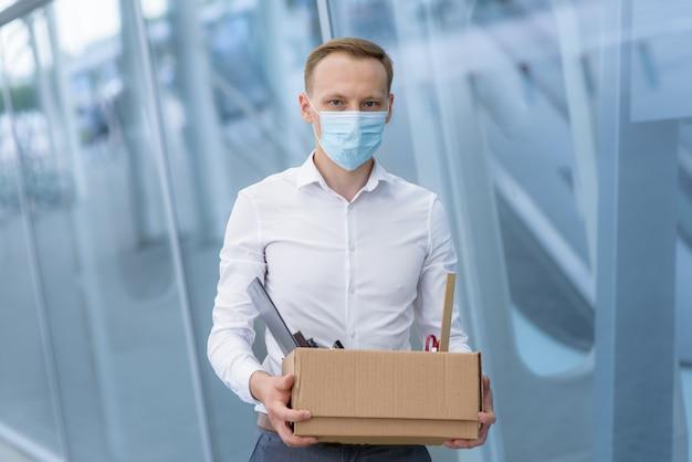 Demissão de um funcionário devido a epidemia de coronavírus.