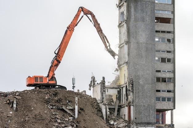 Demolição de edifício com escavadeira hidráulica