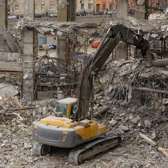 Demolição de edifícios, usando uma escavadeira-destruidora hidráulica especial