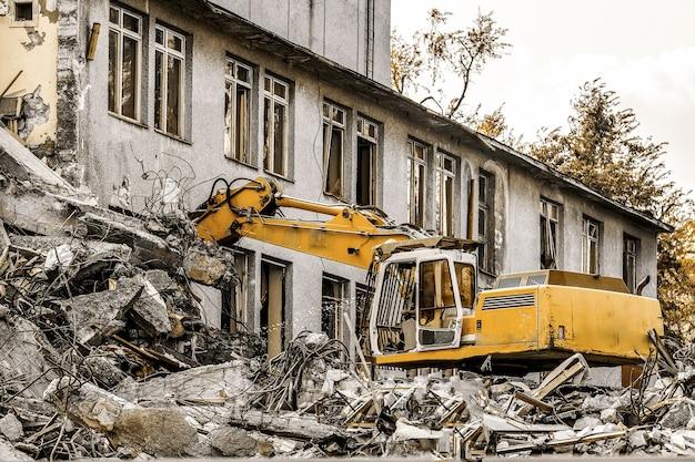 Demolição de prédio com escavadeira hidráulica