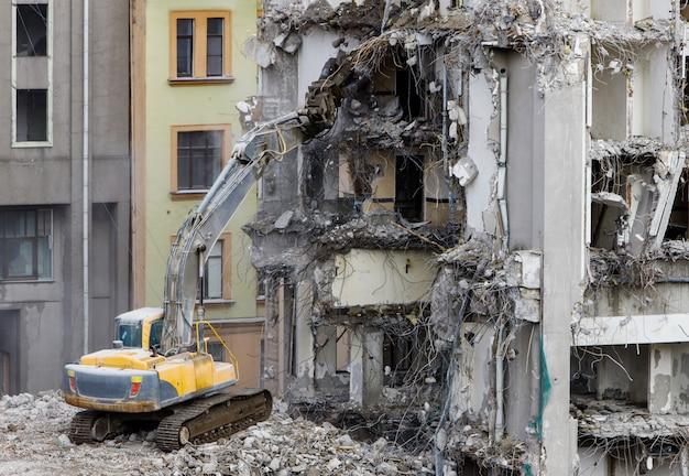Demolição para novas construções, usando uma escavadeira-destruidora hidráulica especial