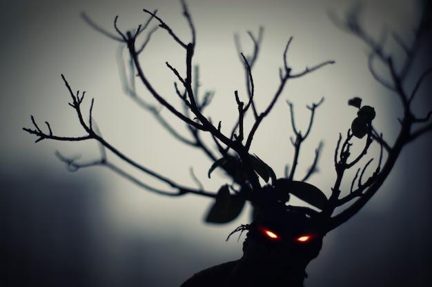 Demônio da floresta. ele tem olhos ardentes e chifres ramificados. insanamente assustador e assustador.