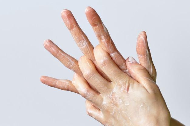 Demonstração de lavar as mãos com sabão.