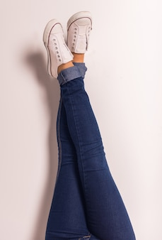 Demonstração de pernas de jeans feminina