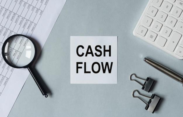 Demonstração do fluxo de caixa em papel no fluxo de caixa da mesa do escritório