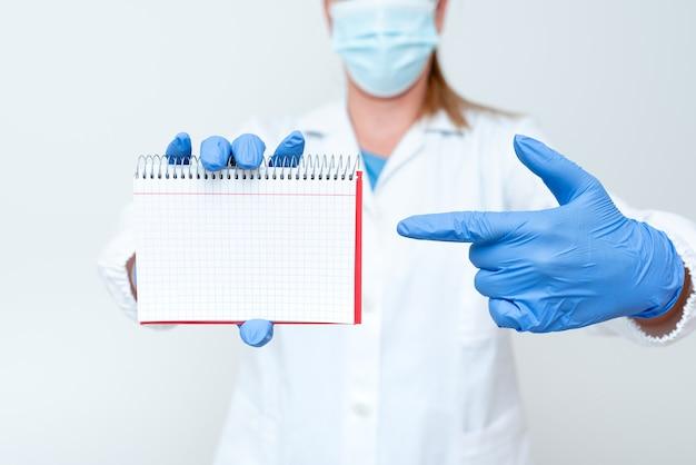 Demonstrando idéias médicas apresentando novas apresentações de laboratório de descoberta científica dis ...