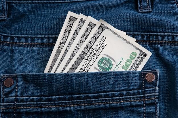 Denominações de cem dólares no bolso de trás da calça jeans.