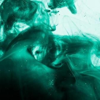 Densa nuvem azul de fumaça no líquido