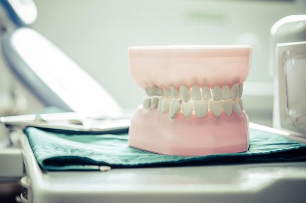 Dentaduras colocadas sobre uma mesa no laboratório