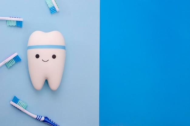 Dente alegre e sorridente em um azul