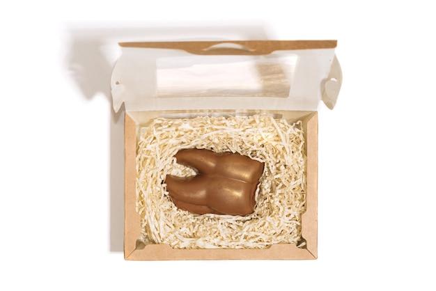 Dente castanho chocolate em caixa de embalagem de presente isolada em um fundo branco para dentista