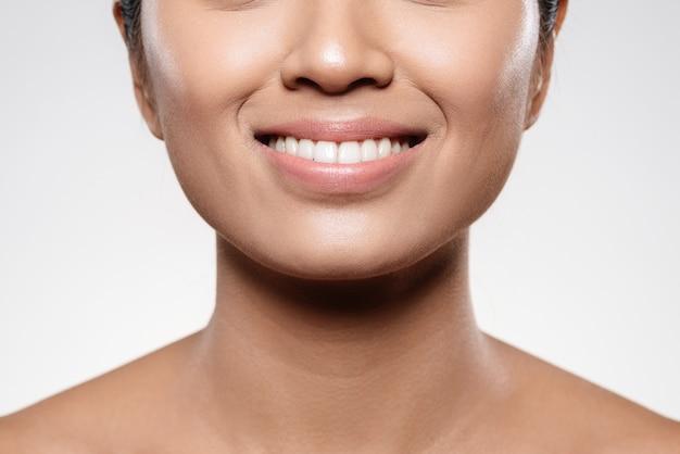 Dentes brancos e sorriso de mulher jovem