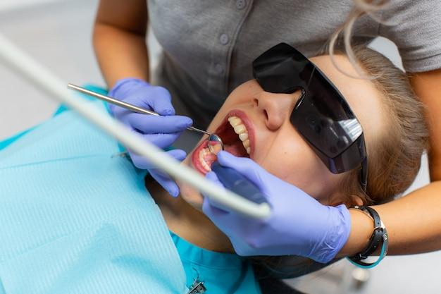 Dentes profissionais de limpeza na clínica odontológica.