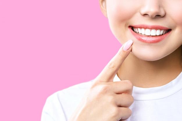 Dentes saudáveis perfeitos sorriem de uma jovem mulher. clareamento dos dentes. paciente de clínica odontológica. a imagem simboliza a odontologia dos cuidados bucais, estomatologia.