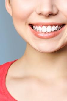 Dentes saudáveis perfeitos sorriem de uma jovem mulher. clareamento dos dentes.