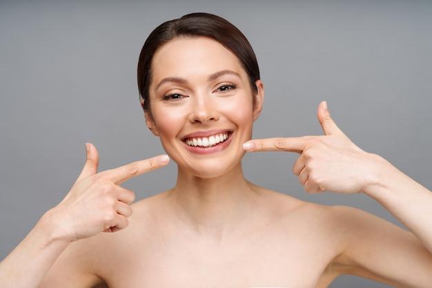 Dentes saudáveis perfeitos sorriso de uma jovem mulher branqueamento de dentes para cuidados dentários conceito de estomatologia
