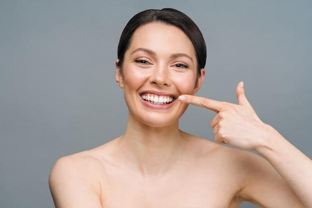 Dentes saudáveis perfeitos sorriso de uma mulher jovem branqueamento dentes clínica dentária paciente imagem simboliza