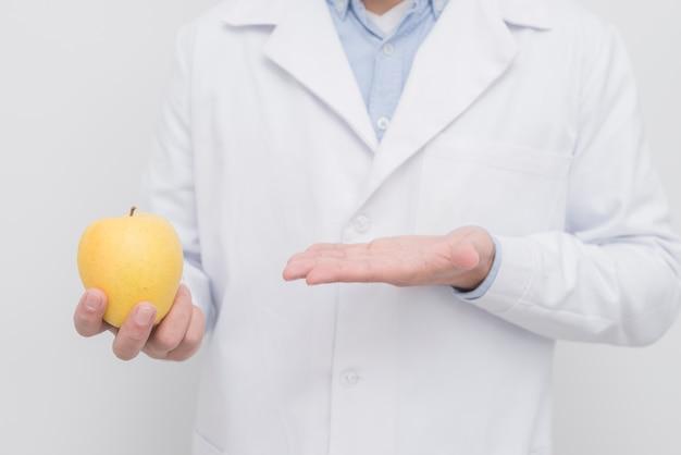 Dentista apresentando maçã