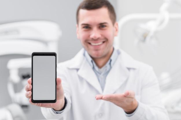 Dentista apresentando smartphone