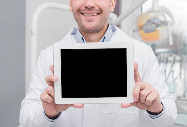 Dentista apresentando tablet