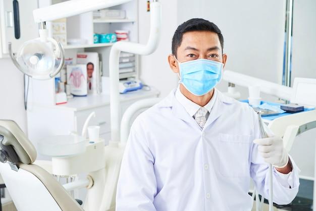 Dentista com broca dentária