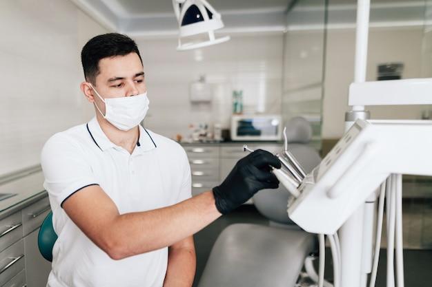 Dentista com equipamento de escritório