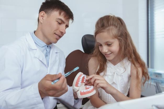 Dentista de visita da moça bonita