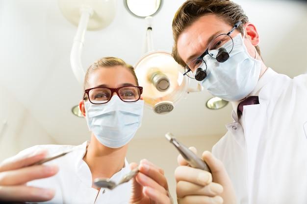 Dentista e assistente de um tratamento, na perspectiva de um paciente